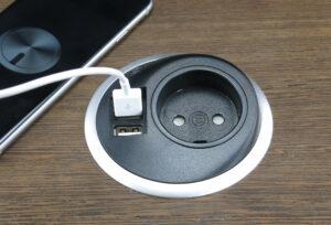 sort USB oplader i brug